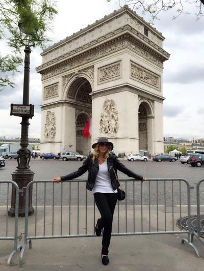 Певица на фоне Триумфальной арки в Париже