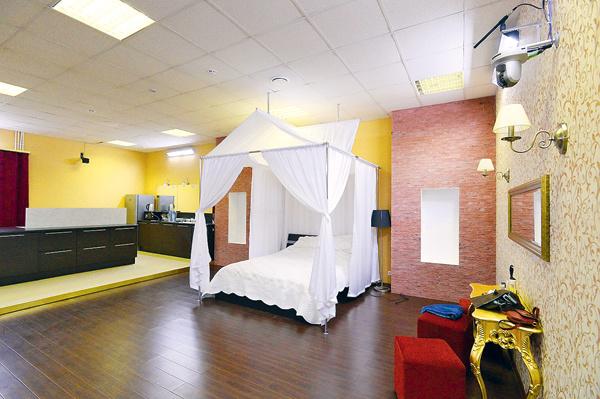 Здесь по-домашнему уютно благодаря шторам, светильникам, зеркалам и прочим деталям интерьера
