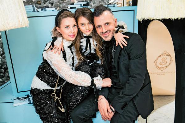 Александр с женой Лизой и дочкой Эммануэль
