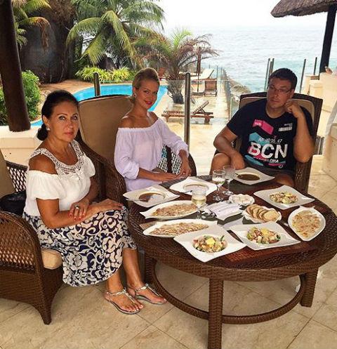 Марина Африкантова с мамой Татьяной и женихом Андреем Чуевым