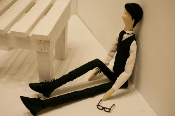 Автор изучает фотографии, привычки человека и только после этого начинает работу над портретной куклой