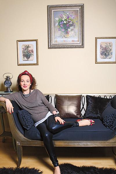 Все в спальне   подбирали   под шикарную   черно-  бронзовую   софу, купленную   в мебельном   салоне в   Барвихе...