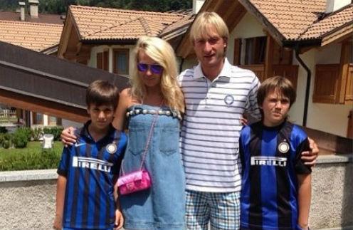 Яна Рудковская и Евгений Плющенко с сыновьями Андреем (слева) и Николаем (справа)