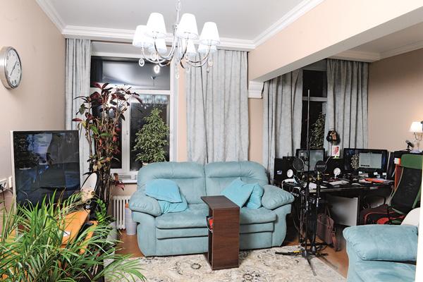 Этот зал поделен на две части: гостиную и кабинет режиссера Корягина