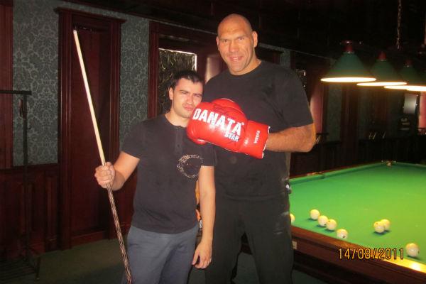 Николай Валуев играет в бильярд со студенческих лет