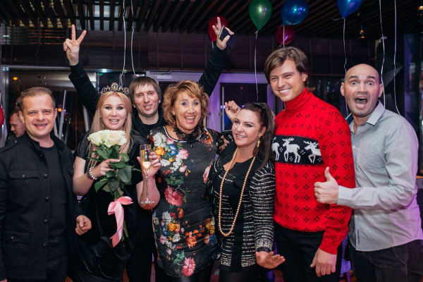 Диана Бичарова с гостями вечера в ресторане «Атмосфера»