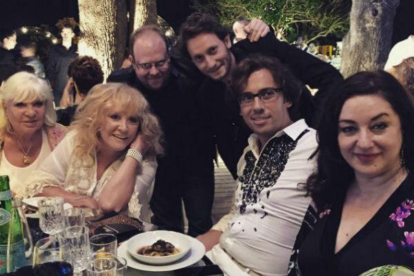 Алла Пугачева в компании мужа и близких друзей