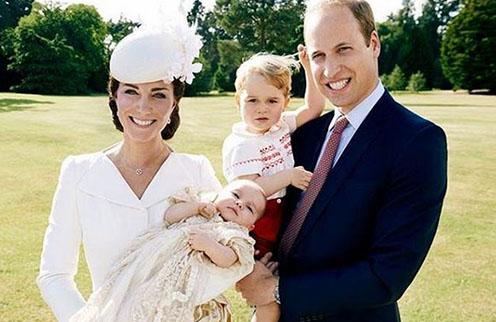 Августейшее семейство в полном составе: Кейт Миддлтон с принцессой Шарлоттой на руках и принц Уильям на руках с принцем Георгом