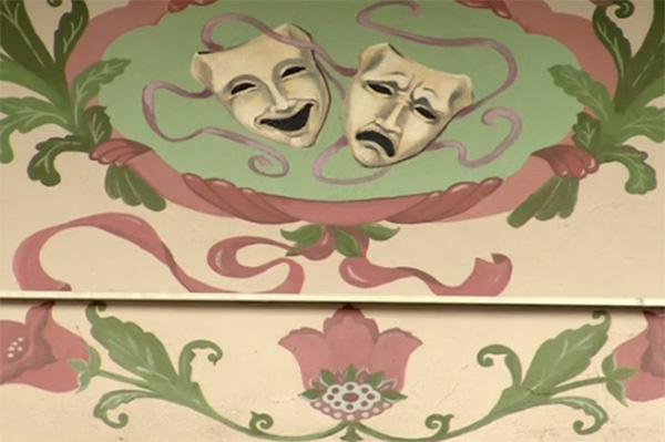 Дом украшают театральные маски