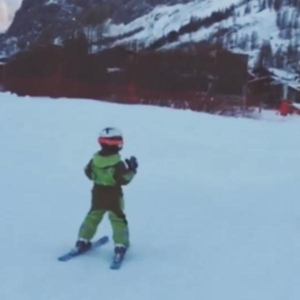 Четырехлетний сын теледивы уже уверенно держится на лыжной трассе
