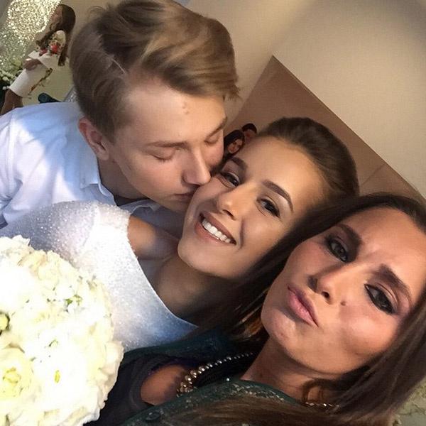 Счастливая невеста в окружении близких