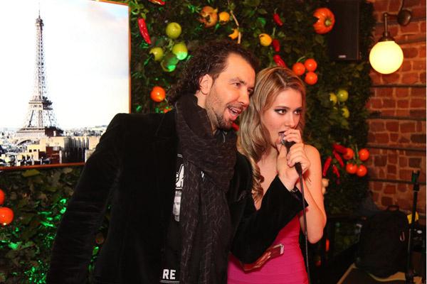 Денис Клявер спел дуэтом с именинницей