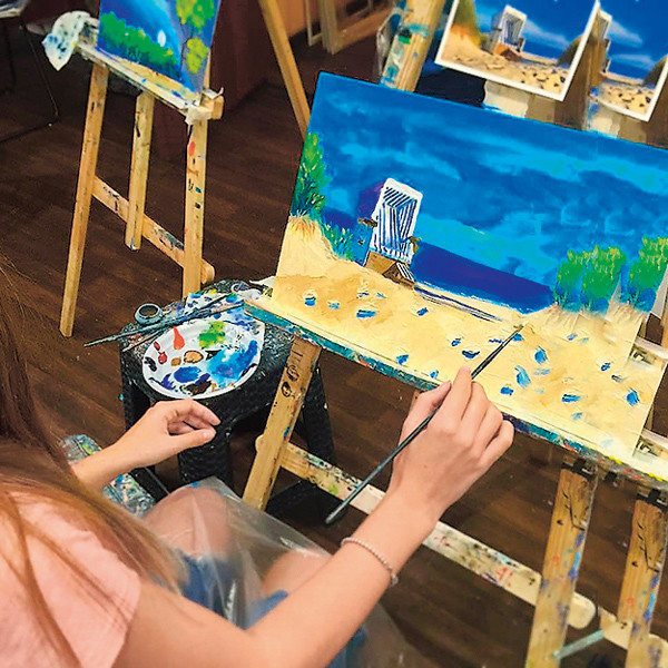 Рисует девушка с детского сада