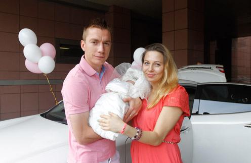 Андрей Семенов и Ольга Филатова с новорожденной дочкой Александрой