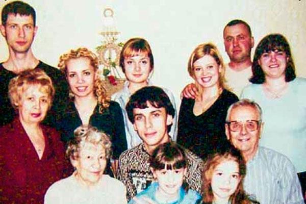 Максим (в центре) с друзьями и челябинской родней. Слева от него - двоюродная бабушка Зинаида Егоровна, справа - ее муж Андрей Андреевич