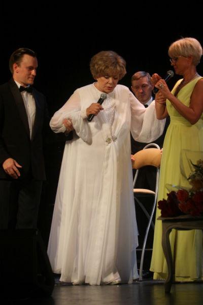 По сцене Пьеха передвигалась с помощниками