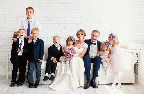 Свадьбу Антон и Люда сыграли в августе (крайний слева на фото – сын Людмилы Ярослав)
