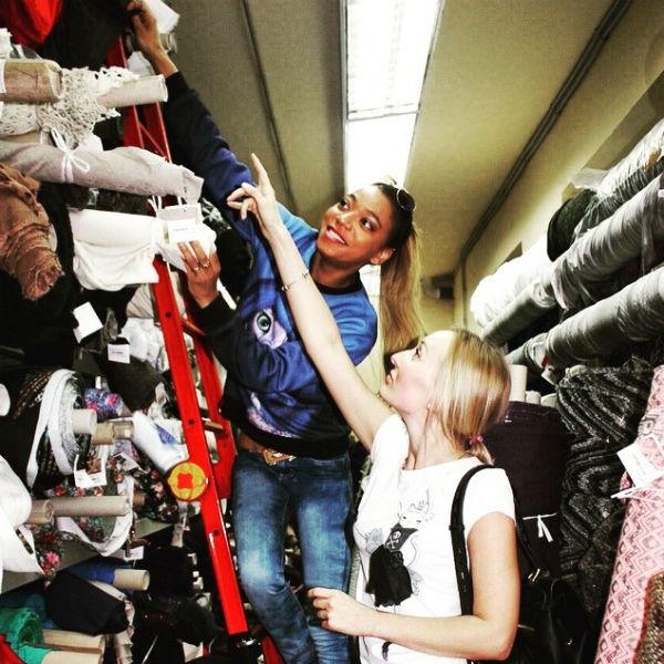 Либерж Кпадону и ее подруга Татьяна выбирают ткани для будущих моделей