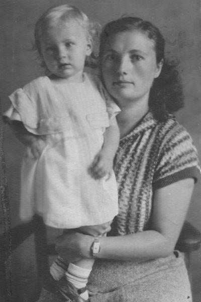 Маленькая Нина с приемной мамой