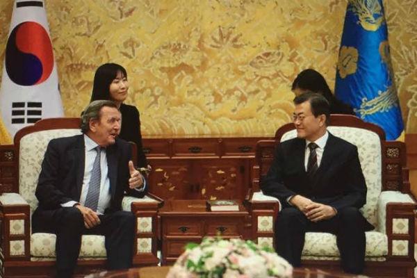 На презентации книги политика присутствовал президент Южной Кореи
