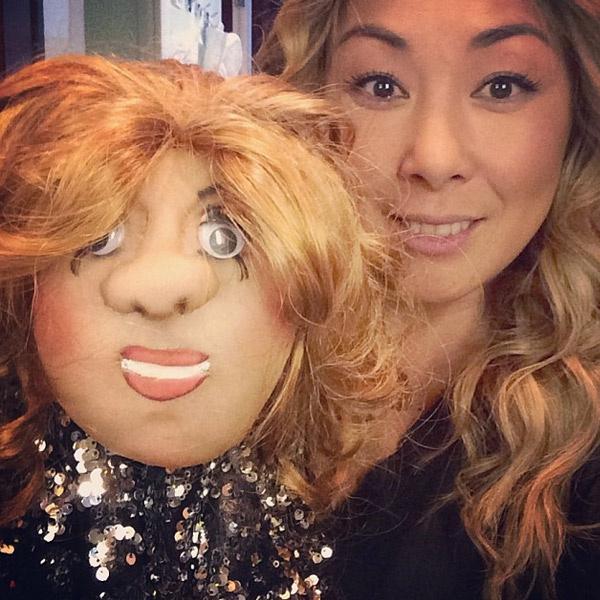 Анита Цой с подаренной куклой