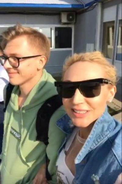 Кристина Орбакайте с сыном Дени перед вылетом в Баку