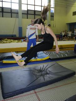 Прыжки на батуте только кажутся забавой: попробуйте-ка «сесть» в воздухе!