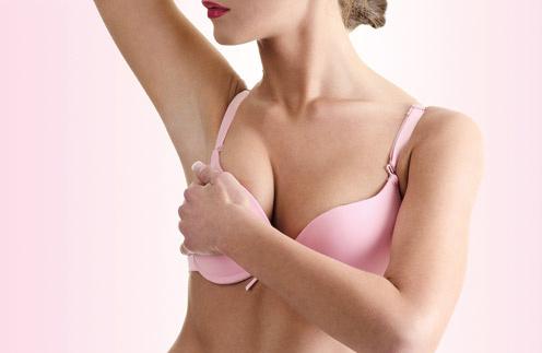 Обладательницы пышной груди нередко замечают некрасивые продольные морщинки в зоне декольте. Чтобы сохранить кожу гладкой, надевай на ночь специальный бюстгалтер