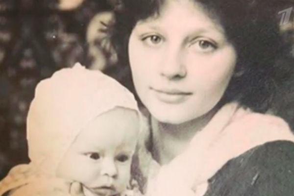 Юля в детстве, с мамой