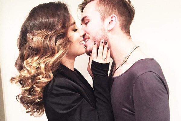 На помолвку Дмитрий  подарил любимой   кольцо с бриллиантом