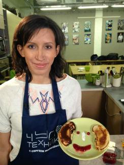 Лена даже готовить любит с юмором