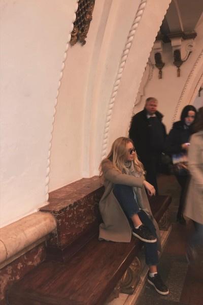 Лиза Пескова ездит на метро