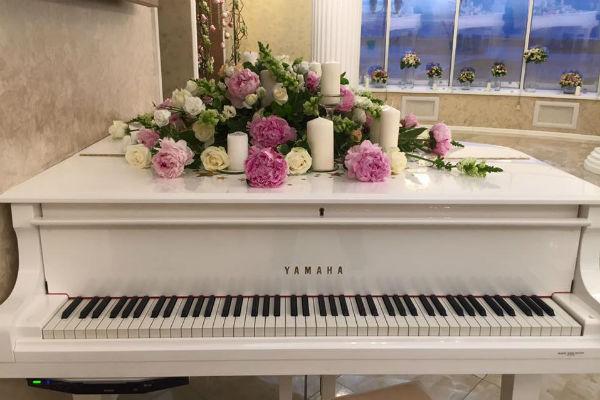 Вечером гости с удовольствием играли на рояле и пели