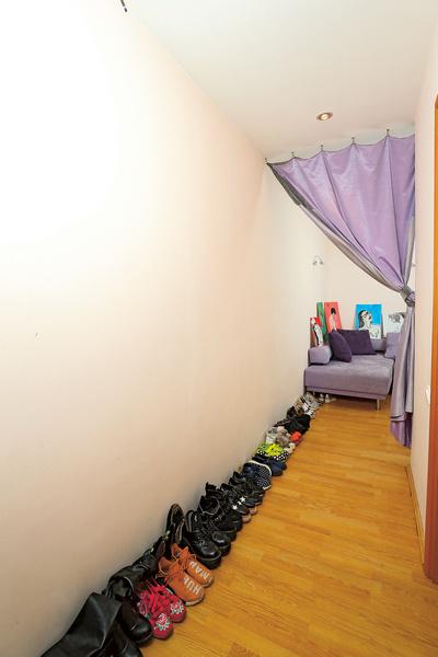 Коллекция обуви Ян Гэ насчитывает 70 пар и занимает весь коридор