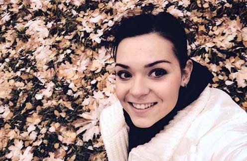 Снег на желтых листьях привел Аделину Сотникову в восторг