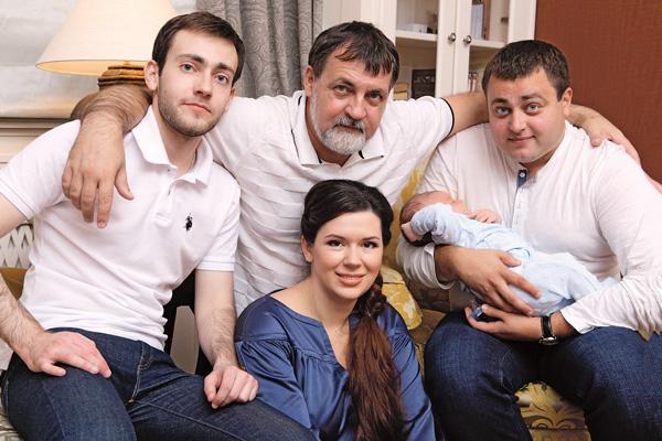 Александр с женой Аленой и сыновьями – Альбертом, Евгением и Владимиром, 2012 год