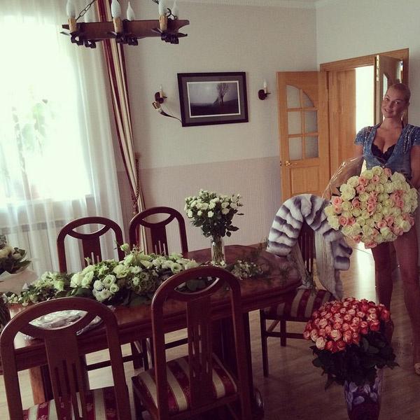 Анастасия Волочкова в доме Бахтияра со множеством подаренных букетов
