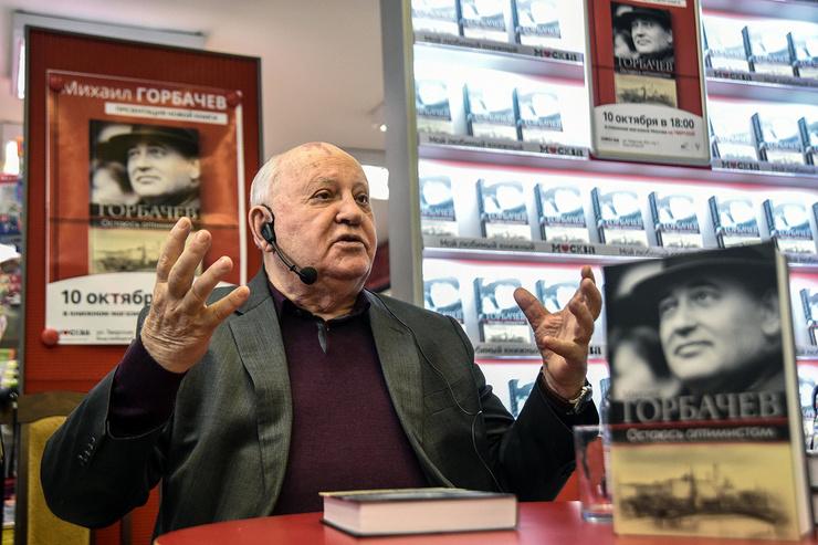 Несмотря на все потери, Горбачев продолжал издавать книги и заниматься фондом