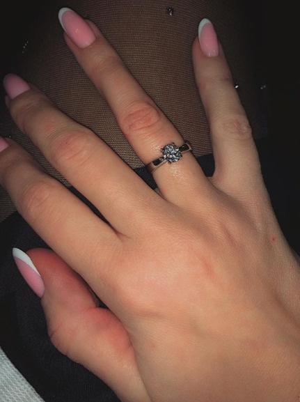 Элла похвасталась помолвочным кольцом