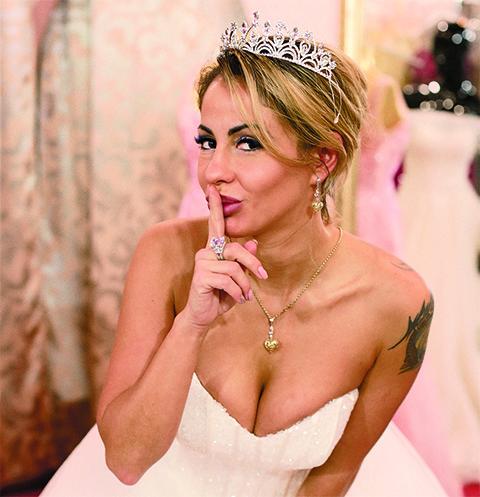 Елена похудела и поэтому носит помолвочное кольцо на среднем пальце, с безымянного оно слетает