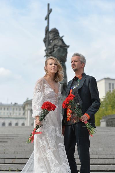 В конце прогулки молодожены возложили цветы к памятнику князю Владимиру