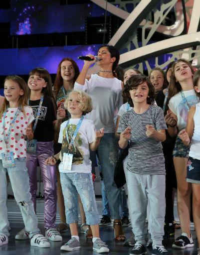 Певица Нюша репетирует свое выступление с юными артистами