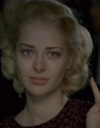 Ради роли актрисы Седовой (настоящую фамилию изменили из-за проблем с наследниками) Марина Александрова покрасилась в блондинку