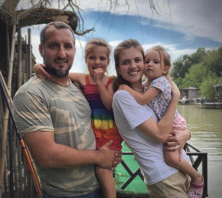 Актер женился на Ирине в 2007 году. Сейчас живет с семьей в Сочи.