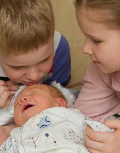Малыши в восторге от нового члена семьи