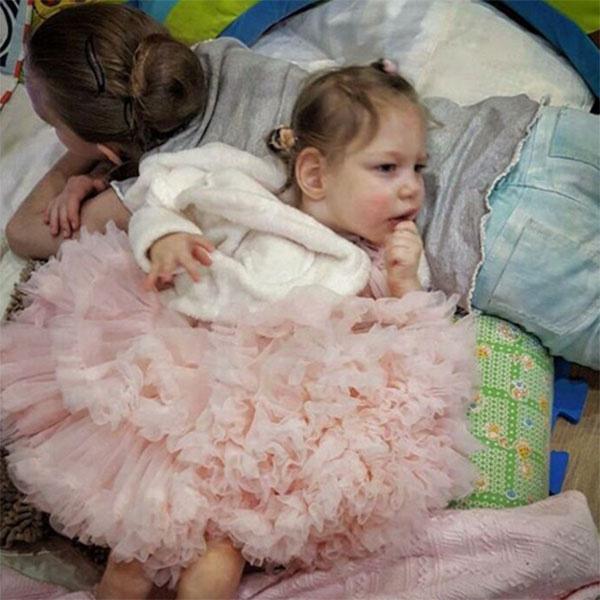 Вот такое прелестное платье Агате подарили ее родители на второй день рождения