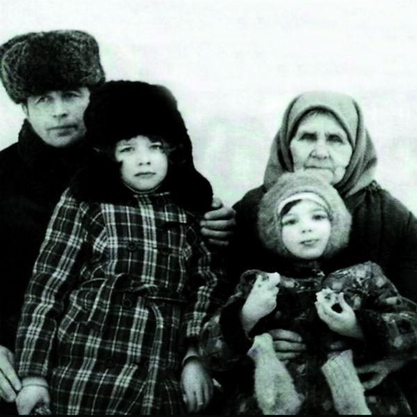 Каникулы семья будущей звезды проводила у бабушки Веры в деревне Тупик (Ира – слева, сестра Таня – справа)