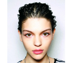 Два варианта укладки волос: С объемом или без