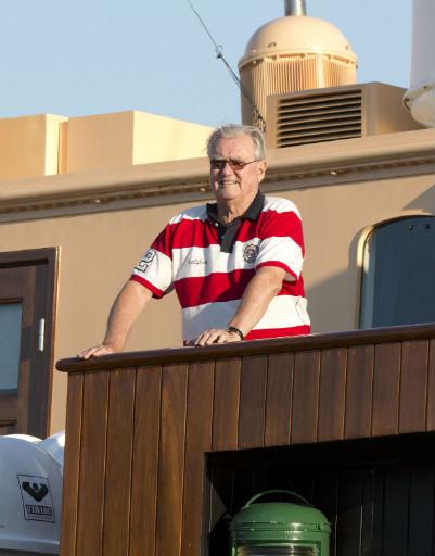 Датский принц-консорт Хенрик любуется видами с королевской яхты