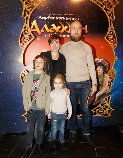 Тутта Ларсен с семьей